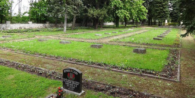Братские могилы на кладбище.