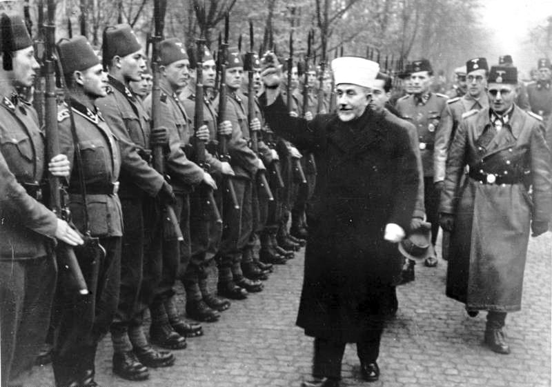 Амин аль-Хусейни, муфтий Иерусалима, приветствует военнослужащих дивизии. Ноябрь 1943 г.