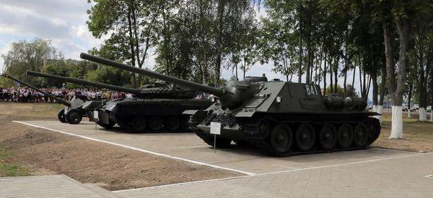 Военная техника у мемориала.