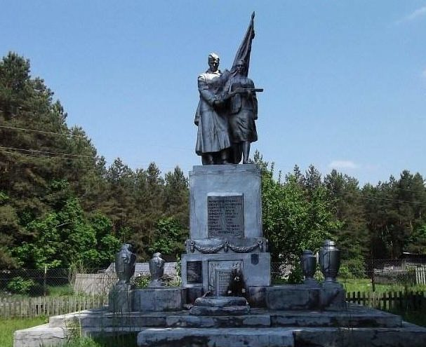 д. Рудьма Кореличского р-на. Памятник, установленный на братской могиле, в которой похоронен 31 советский воин.