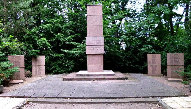 г. Белитц. Памятник, установленный у братских могил, в которых похоронено 855 советских солдат и офицеров.