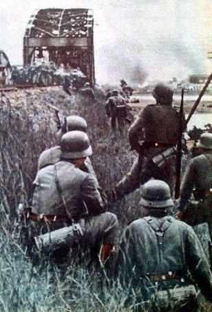 Передовой немецкий отряд штурмует мост. 29 июня 1941 г.