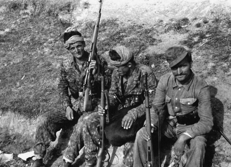 Бойцы дивизии на перевале Чаков в Югославии. Июль 1944 г.