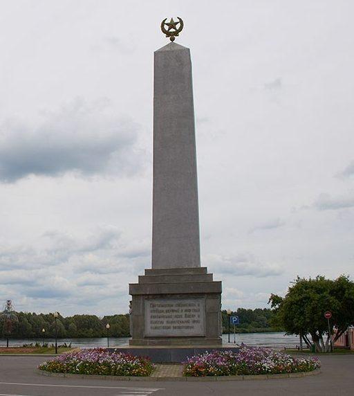 г. Лоев Лоевского р-на. Памятник воинам 65-ой Армии, которые в октябре 1943 года, форсировав Днепр, начали освобождение Беларуси.