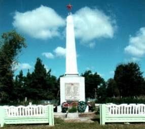 д. Синявская Слобода Кореличского р-на. Памятник, установленный на братской могиле, в которой похоронен 91 советский воин.