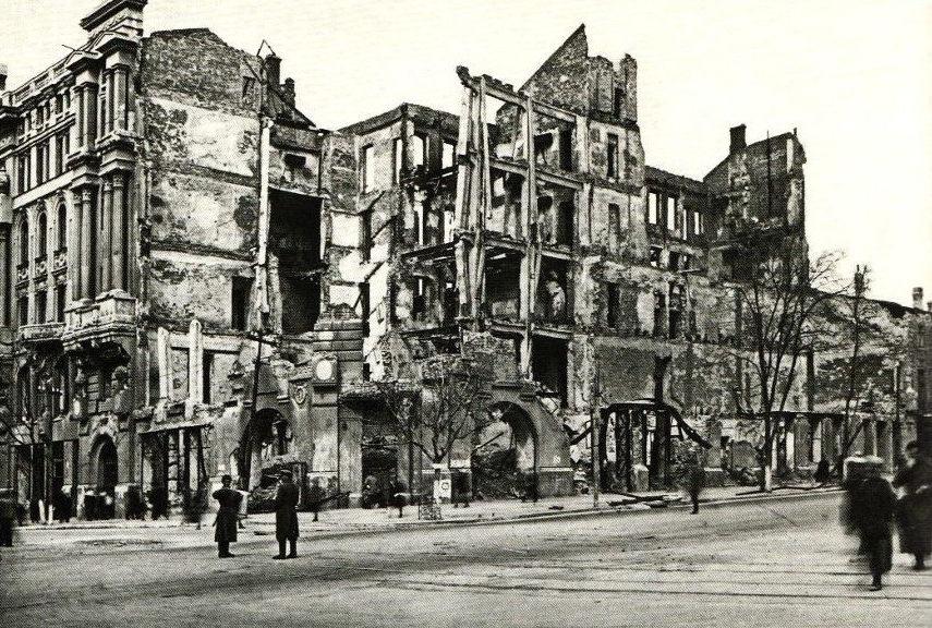 Здание Крайрадиокомитета и кинотеатра «Буревестник» на углу ул. Энгельса и Ворошиловского проспекта, разрушенное авиабомбой. 1941 г.