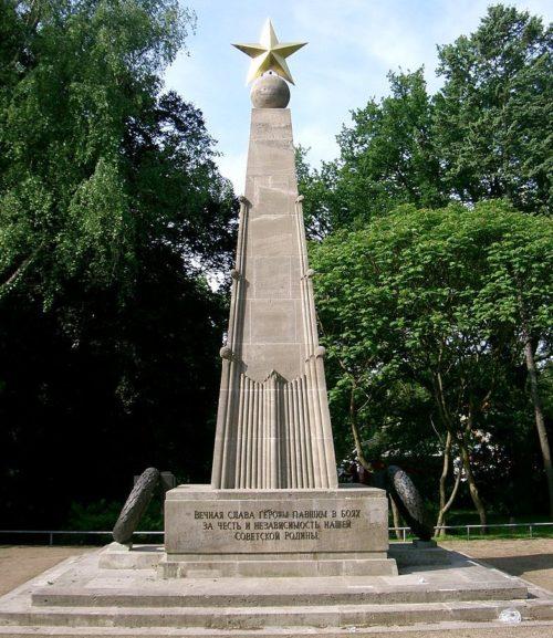 Обелиск на военном кладбище.