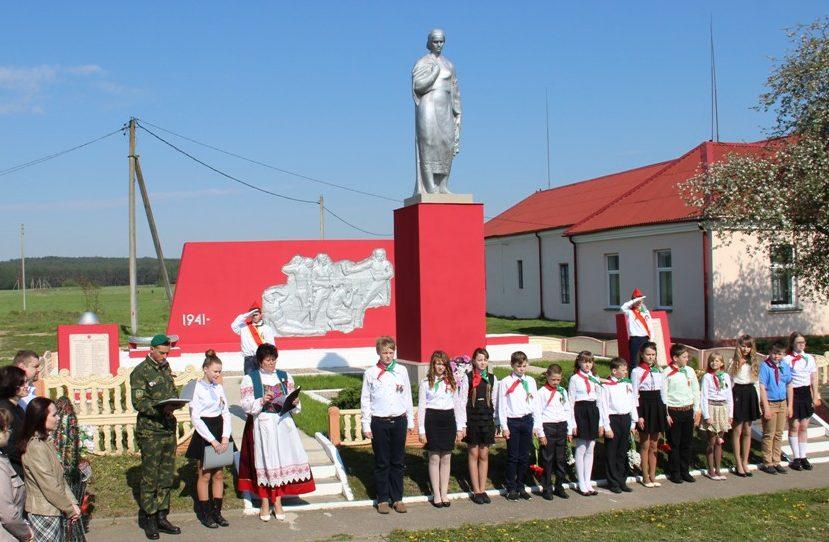 д. Рымутевцы Берестовицкого р-на. Памятник землякам, погибшим в годы войны.
