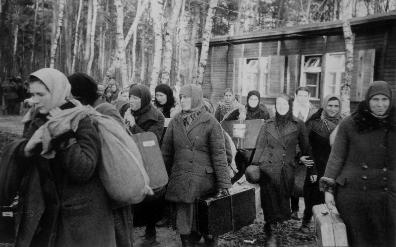 «Добровольцы» с Украины в транзитном лагере в Германии. 1942 г.