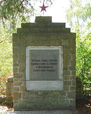 с. Берневе. Памятник, установленный на братских могилах, в которых похоронено 130 советских солдат и офицеров.
