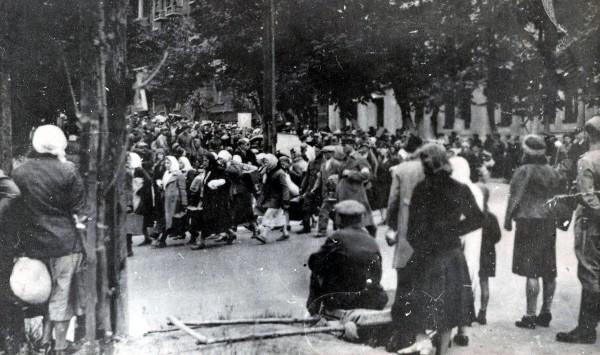 Колонна женщин-остарбайтеров, собранных для отправки в Германию. Киев. 1942 г.