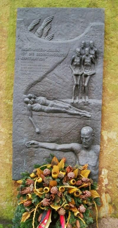 д. Баркхаузен. Памятный знак на месте концлагеря, в котором находилось до 1500 рабочих, которые работали на подземных заводах.