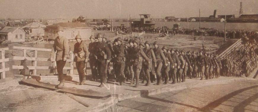 Красноармейцы на мосту. Май 1942 г.