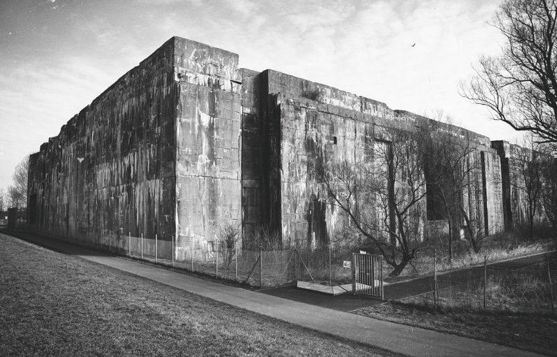 Бункер «Hornisse» со стороны берега.