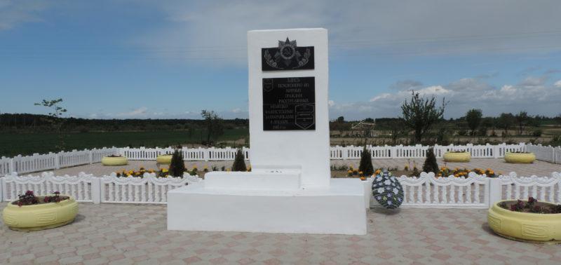 г. Буда-Кошелево. Обелиск, установленный на братской могиле, в которой похоронено 483 евреев, расстрелянных в декабре 1941 г.