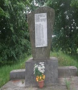 д. Ятвезь Кореличского р-на. Памятник, установленный на братской могиле, в которой похоронено 15 советских воинов.
