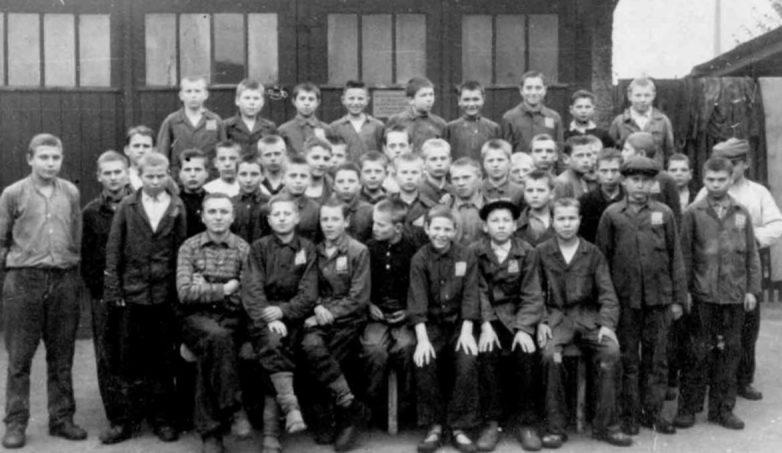 Советские подростки в лагере для подневольных рабочих при фабрике «Зигель». 1942 г.