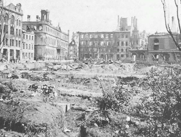 Центр города после первых боев. Июль 1941 г.