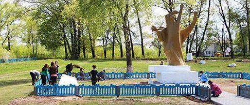 д. Гусевица Буда-Кошелевского р-на. Памятник погибшим в годы войны.