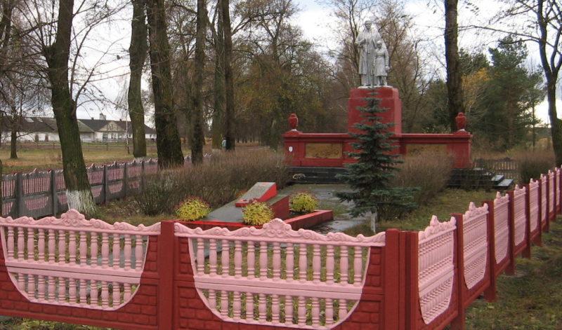 д. Белица Лидского р-на. Памятник, установленный на братской могиле, в которой похоронено 29 советских воинов, в т.ч. 8 неизвестных.