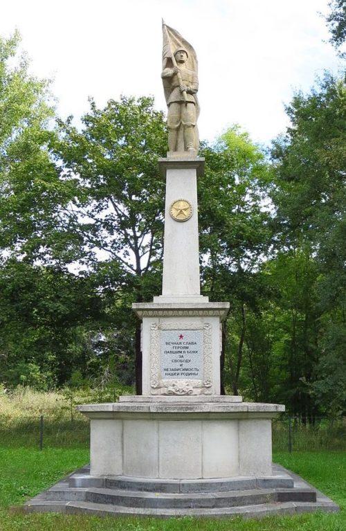 г. Блумберг. Памятник, установленный на братских могилах, в которых похоронено 167 советских воинов.