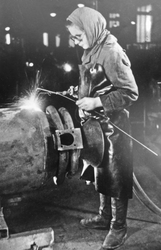 Советская подневольная работница работает сварщицей в цехе завода «Имберт Генераторен ГмбХ в Кельне. 1942 г..
