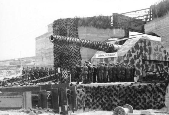 Прием орудия береговой батареи «Линдерман» на службу по окончанию строительства. 1942 г.