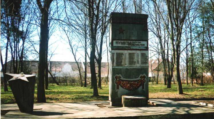 д. Бердовка Лидского р-на. Памятник, установленный на братской могиле, в которой похоронено 157 советских воинов, в т.ч. 107 неизвестных.