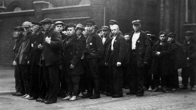 Колонна советских остарбайтеров, бывших военнопленных, после рабочей смены у входа шахты «Министр Ахенбах» города Люнена 1942 г.