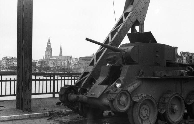 Подбитый советский танк на Земгальском мосту в Риге. Июль 1941 г.
