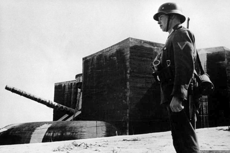 Часовой у батареи. Нормандия. 1942 г.