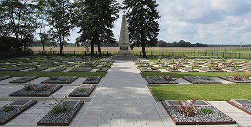д. Бриелоу. Памятник, установленный у братских могил, в которых похоронено 307 советских воинов.