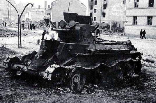 Подбитый танк БТ-26 на набережной. Июль 1941 г..