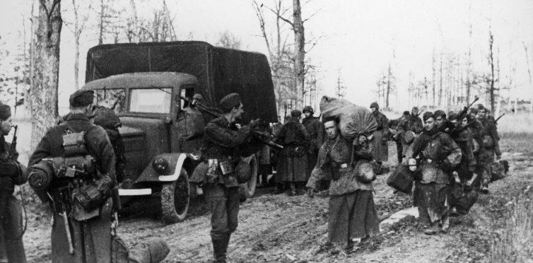 Солдаты легиона выгружаются из грузовика под Ленинградом. 1943 г.