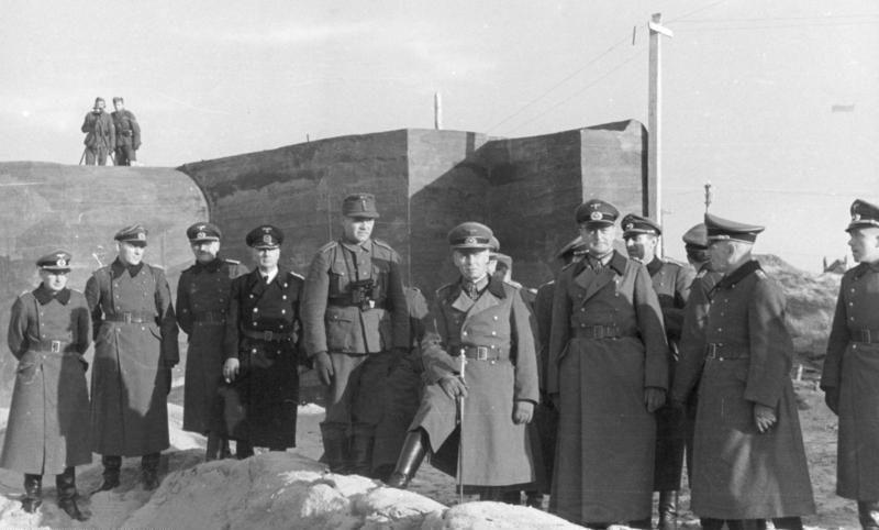 Эрвин Роммель на строительстве бункера у порта Остенде.