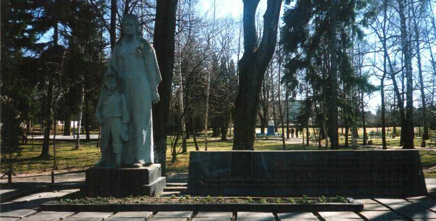 г. Берёзовка Лидского р-на. Памятник, установленный на братской могиле, в которой похоронен 21 советский воин, в т.ч. 16 неизвестных.