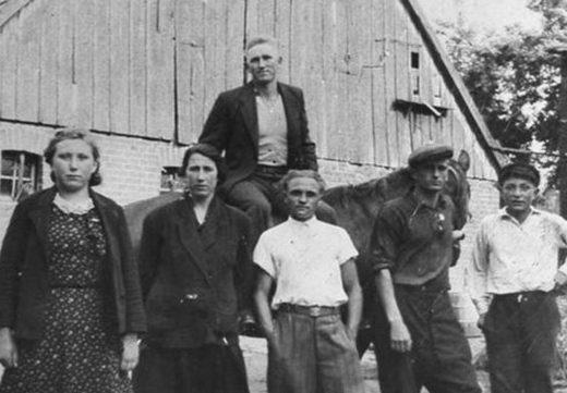 Подневольные работники немца-фермера, слева направо:- Евгения-русская; Анна-украинка, Стасик – поляк, Сергей – русский, Николай-русский. На лошади - Юзеф-поляк. Германия, 1942 г.
