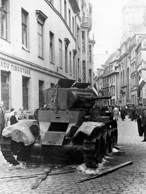 Подбитый танк на улице Марсталю. Июнь 1941 г.