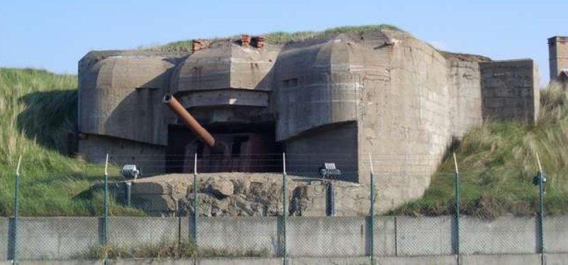 Одно из четырех 105-мм орудий береговой батареи в каземате типа 671.