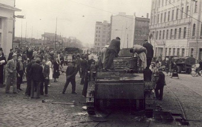 Подбитый танк из отряда капитана Семченко в начале улицы Марияс. Июнь 1941 г.