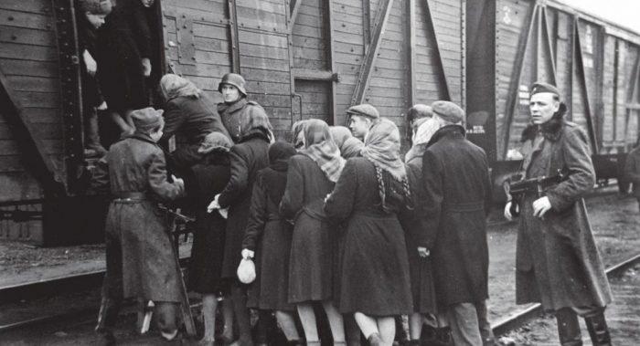 Погрузка невольников в вагоны. Киев. Февраль 1943 г.