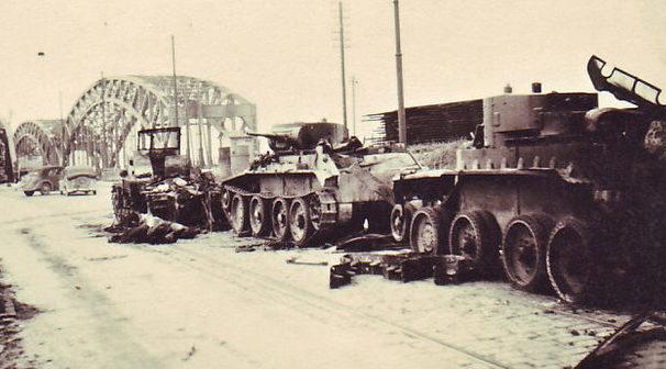 Поврежденные танки БТ-7 у моста через Даугаве. Июль 1941 г.