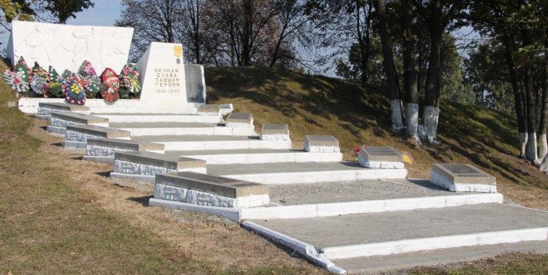 п. Уваровичи Буда-Кошелевского р-на. Памятник, установленный на братской могиле, в которой похоронено 27 советских воинов. Здесь же на мемориальных плитах увековечены имена 353 земляков, погибших в годы войны.