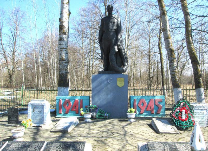 д. Страдубка Лоевского р-на. Памятник советским воинам.