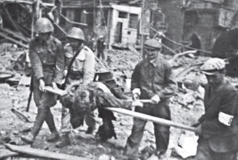 Эвакуация раненных после бомбардировки. Братислава, 16 июня 1944 г.