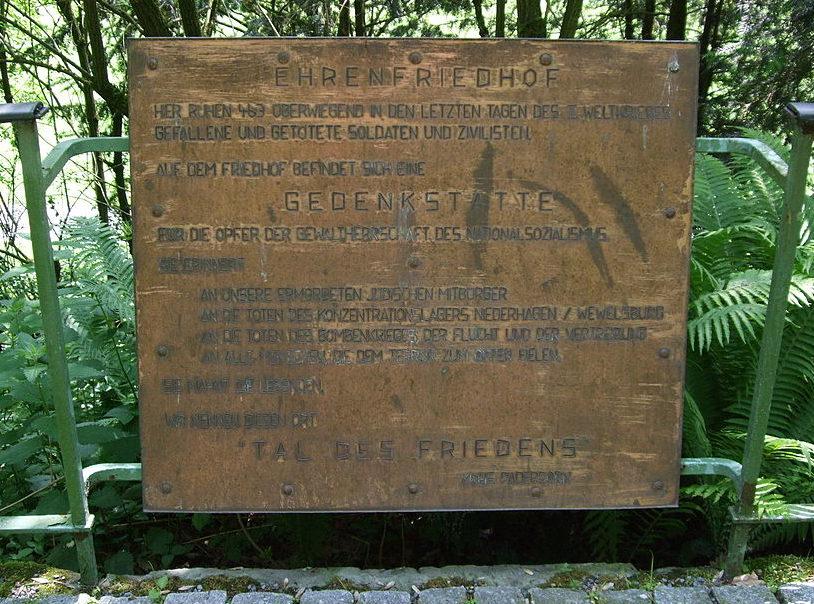 Памятный камень на кладбище.