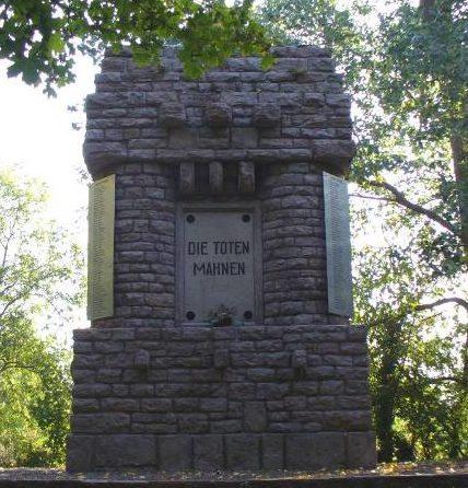 д. Деделебен. Памятник землякам, погибшим в годы обеих мировых войн.