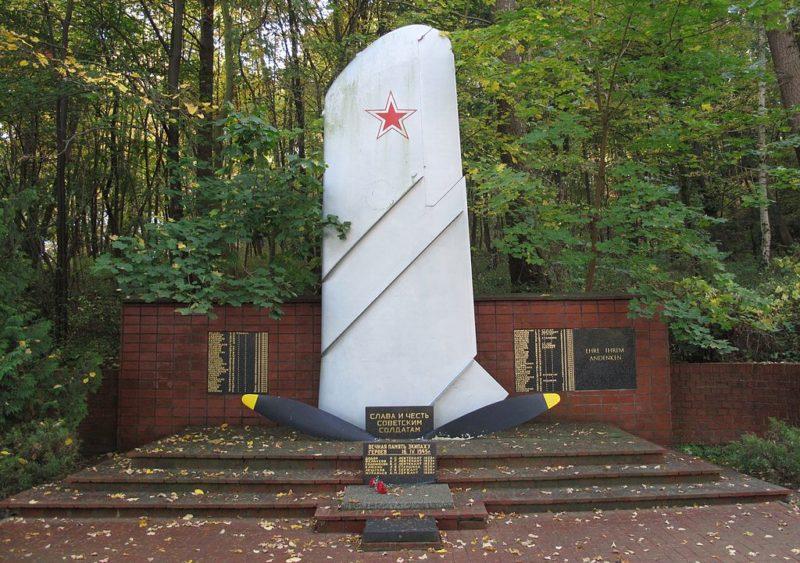 г. Букков, Меркиш-Одерланд район. Памятник, установленный на братской могиле, в которой похоронено 70 советских воинов.