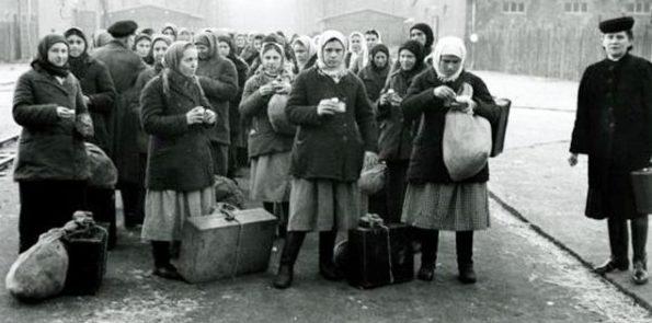 Прибытие в пересыльный лагерь крестьянской рабсилы с Востока. Зима 1943 г.