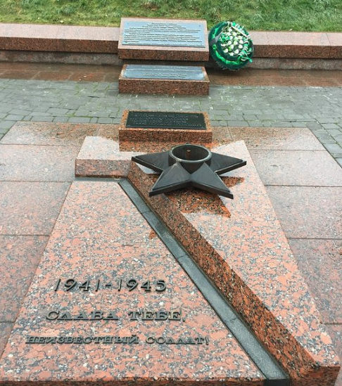 Место «Вечного огня» с могилой Неизвестного солдата на мемориале.